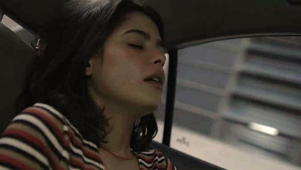 Laila (Julia Dalavia) é dopada por Youssef — Foto: TV GLOBO