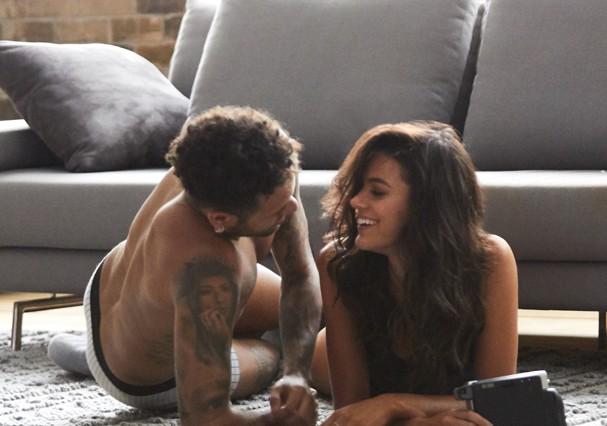 Bruna Marquezine e Neymar durante o making of da campanha (Foto: Daniel Lima e Elvis Moreira)