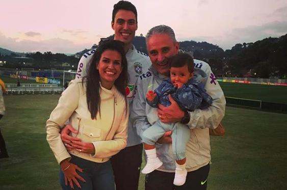 Fernanda, Matheus e Tite com Lucca no colo, ainda na Granja Comary (Foto: Reprodução / Instagram)