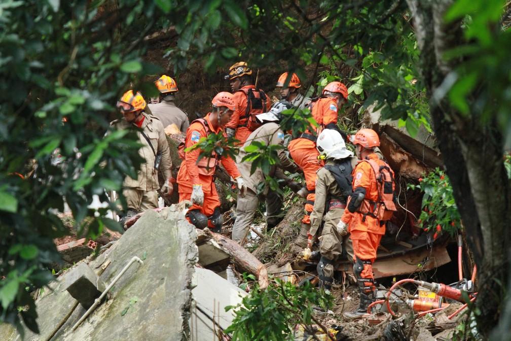 Deslizamento de terra no Morro da Babilônia, no Leme, no Rio de Janeiro  — Foto: Jose Lucena/Futura Press/Estadão Conteúdo