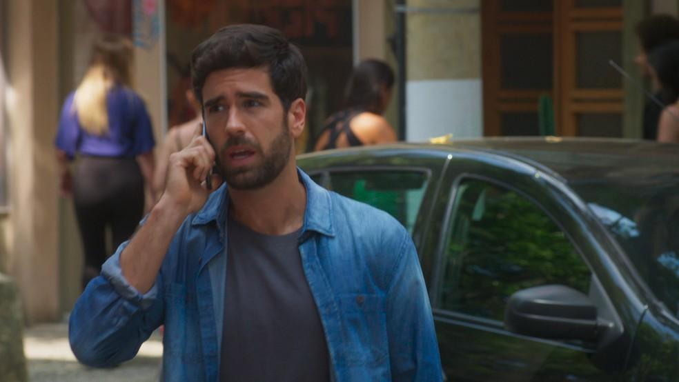 Bruno (Marco Pitombo) fala sobre Helena (Flávia Alessandra) em 'Salve-se Quem Puder' — Foto: Globo