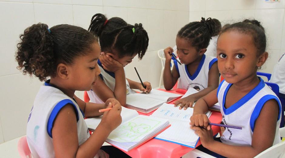 Alunas de escola pública em Camaçari (BA). Projeto surgido em hackathon da Dell quer ajudar meninas a ter bom desempenho nas disciplinas STEAM (Foto: Prefeitura de Camaçari)