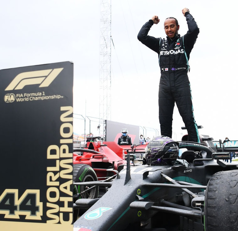 Lewis Hamilton, da Mercedes, comemora sétimo título mundial após vitória no GP da Turquia, em 2020 — Foto: Clive Mason/Getty Images