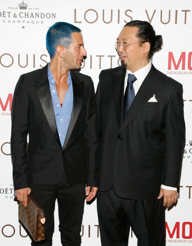 Marc Jacobs, e seus cabelos azuis, em aparição com Takashi Murakami (Foto: Getty Images)