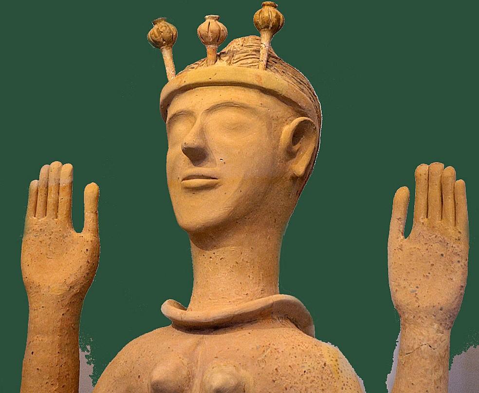 Escultura feminina descoberta na ilha de Creta, chamada de 'a deusa da papoula', devido aos ornamentos na cabeça — acredita-se se tratar de uma deusa minoica — Foto: BBC