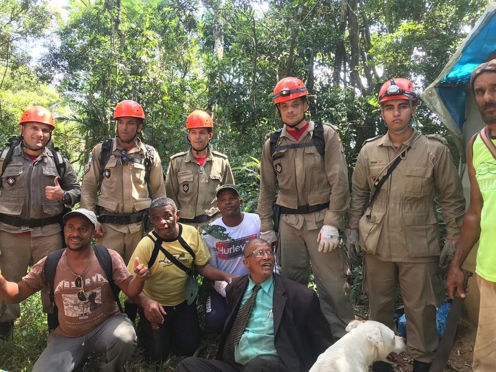 Militares comemoraram o resgate de Jorce na manhã deste domingo (3), em Teresópolis, no RJ — Foto: Divulgação/Corpo de Bombeiros