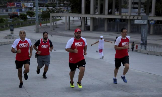 Marcelo Duarte (boné), da MD Runners, com Eduardo Cancio (regata) , Antonio Marques , Renato Aguiar (óculos), treinam no Maracanã