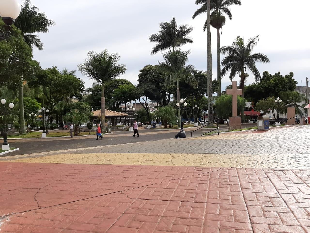 Itapeva fecha praças, proíbe mototáxis e atividades religiosas