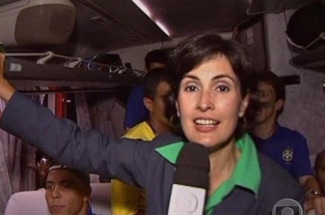 Fátima Bernardes no ônibus da Seleção na Copa de 2002 (Foto: Reprodução)