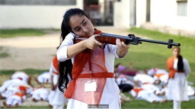 Na Índia, mulheres estão aprendendo técnicas de autodefesa e tiro para se proteger (Foto: GETTY IMAGES via BBC)