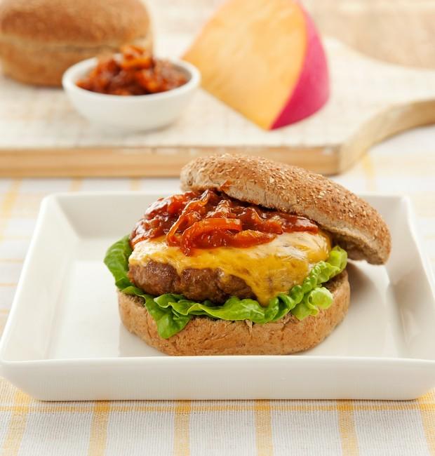 Hambúrguer com Queijo Reino e Molho de Cebolas Caramelizadas (Foto: divulgação)