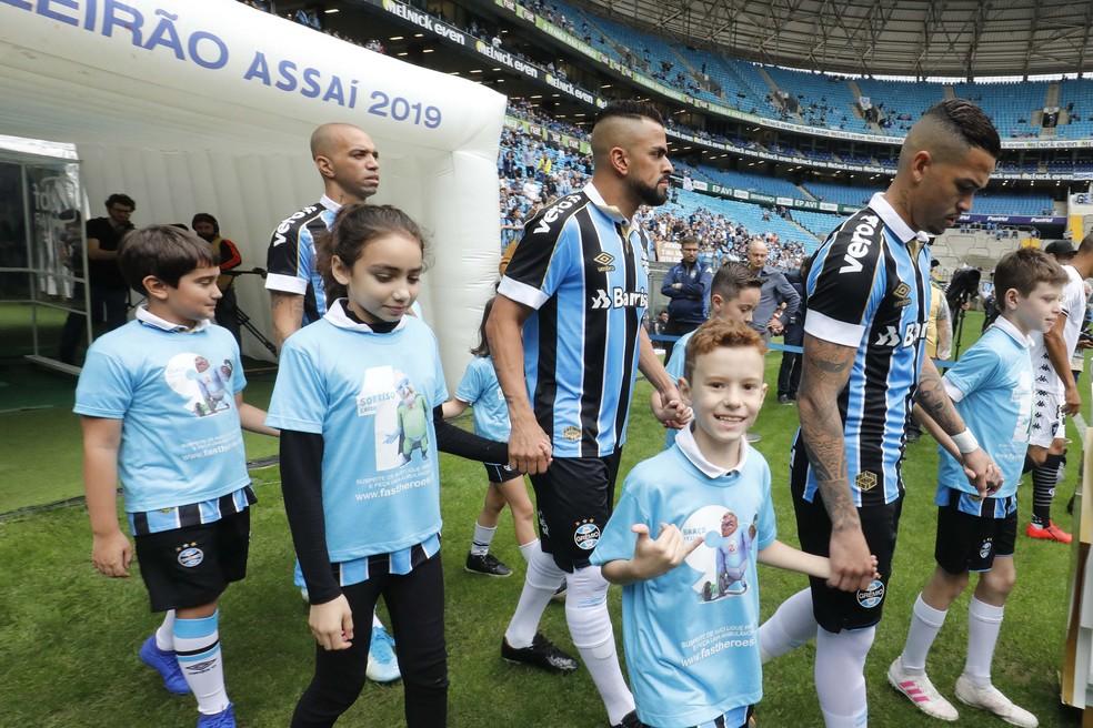 Diego Tardelli (E) e Luciano (D) entraram no time logo após eliminação — Foto: Lucas Uebel / Grêmio FBPA