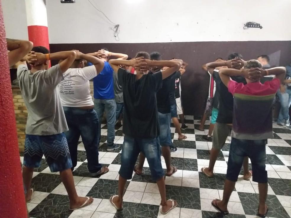Polícia encontra adolescentes em festa em Cuiabá com bebida alcoólica e droga — Foto: Polícia Militar de Mato Grosso/Assessoria