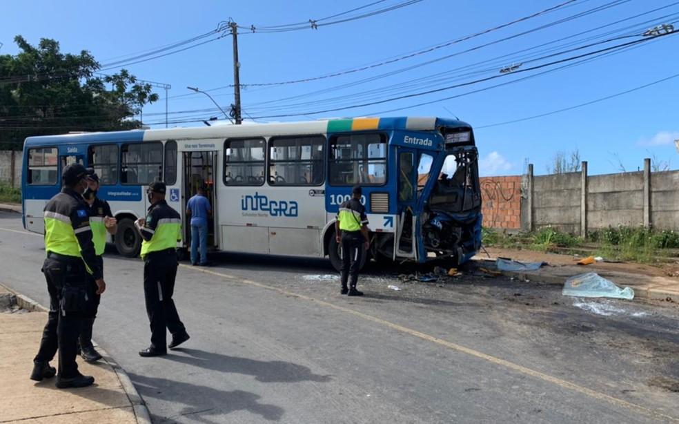 Ônibus perdeu a direção, invadiu a pista contrária e bateu de frente com o veículo de transporte complementar — Foto: Giana Matiazzi/TV Bahia