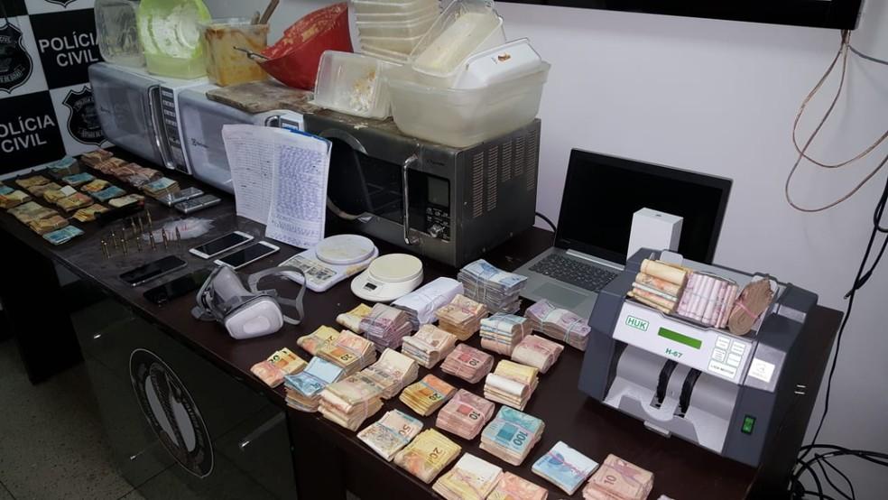 Material apreendido em posse da Graziela, mulher de Renato Macaco, em Goiânia, Goiás — Foto: Divulgação/Polícia Civil