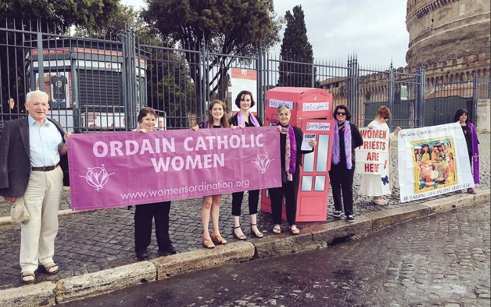 Campanha da organização Women's Ordination Worldwide faz vigília nesta sexta-feira (3) pela ordenação de mulheres perto do Vaticano, onde é realizado o Jubileu dos Sacerdotes — Foto: Reprodução/ Twitter/ WomensOrdinationConf