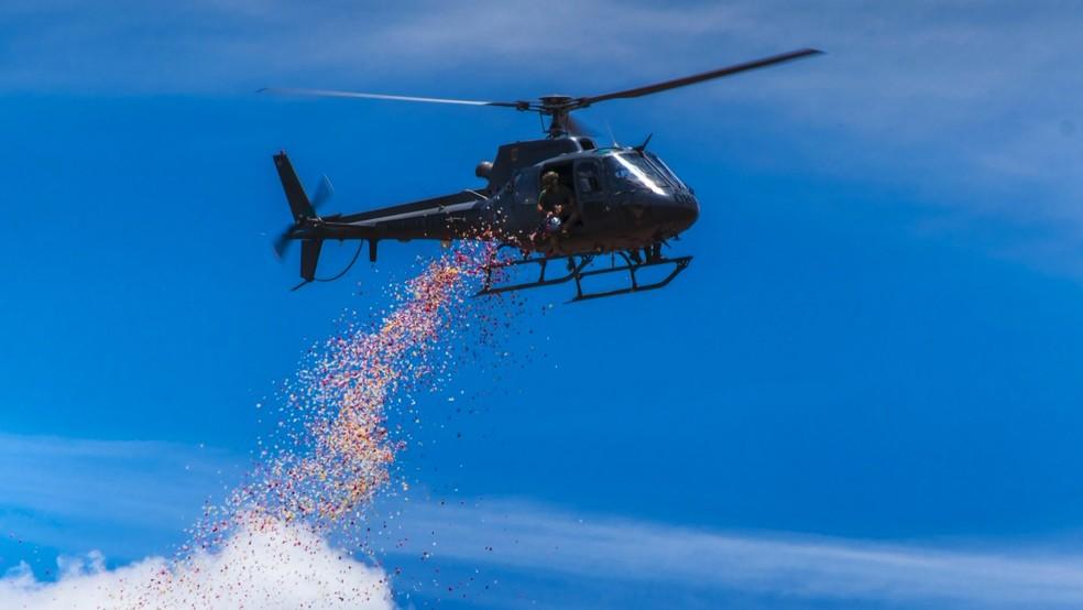 Homenagem feita por helicóptero sete dias após barragem estourar em Brumadinho, MG — Foto: Lucas Sandonato