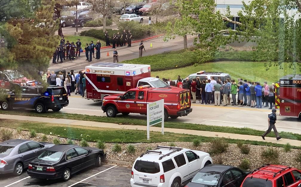 Equipes de resgate e policiais socorrem escola onde houve tiroteio nesta terça-feira (7), no Colorado (EUA) — Foto: Courtney Harper via AP