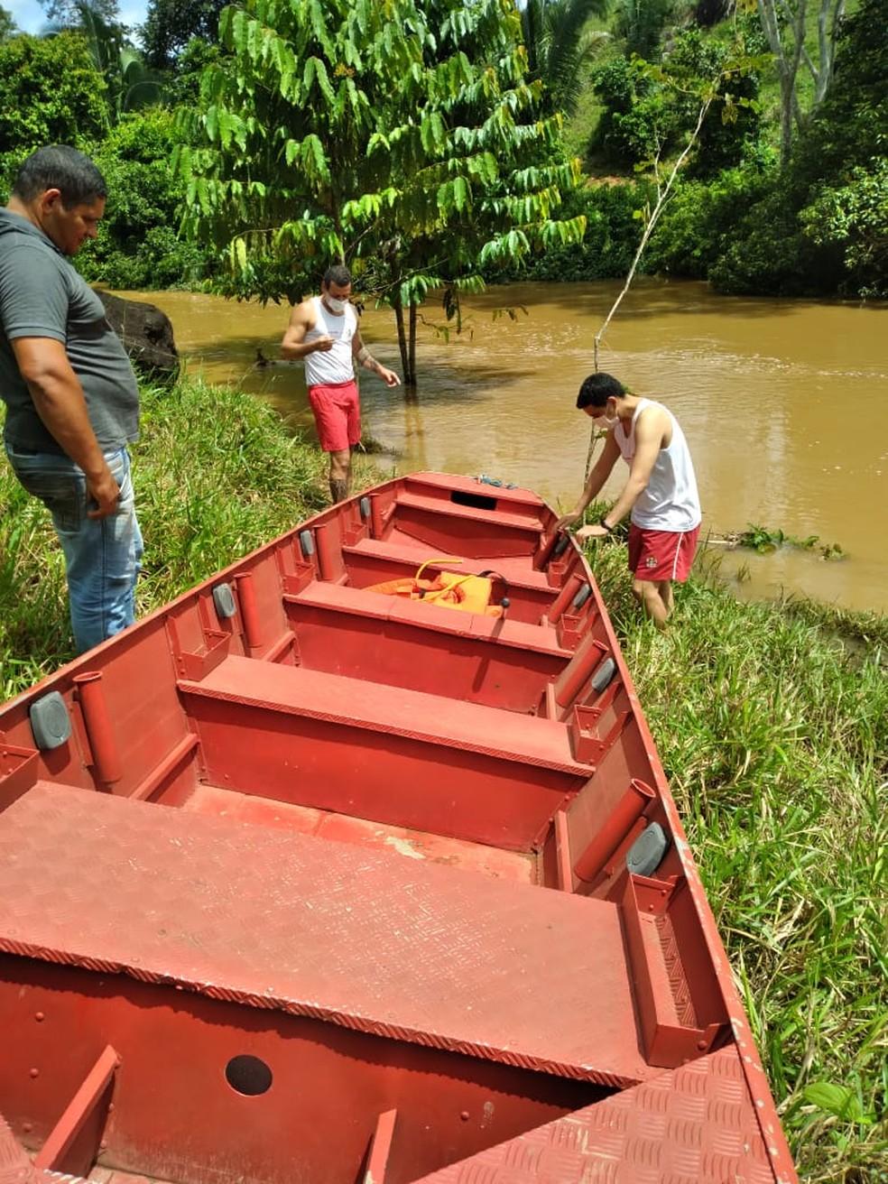 Corpo de Bombeiros usa barco para fazer resgate de grávida em Jaru, RO — Foto: Reprodução/Redes Sociais