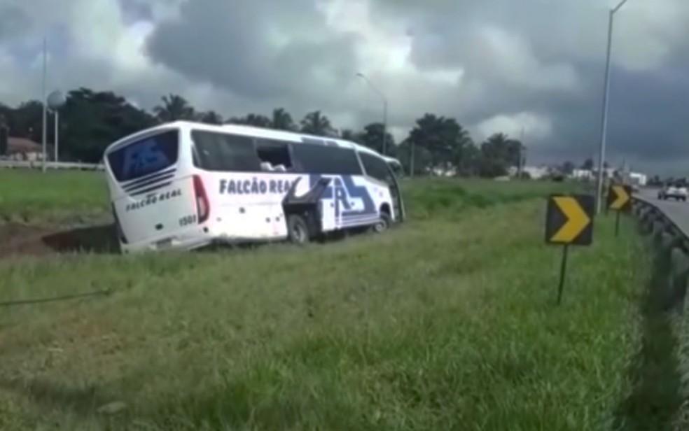 Ônibus levava cerca de 30 passageiros no momento do acidente — Foto: Reprodução/TV Subaé