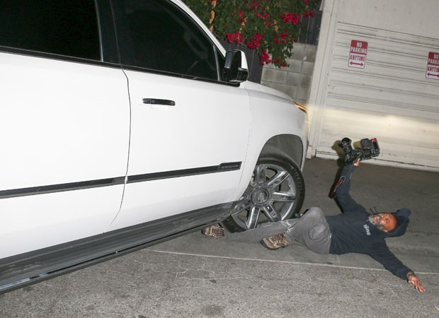 Fotógrafo é atropelado por segurança de Jennifer Lopez (Foto: Backgrid)