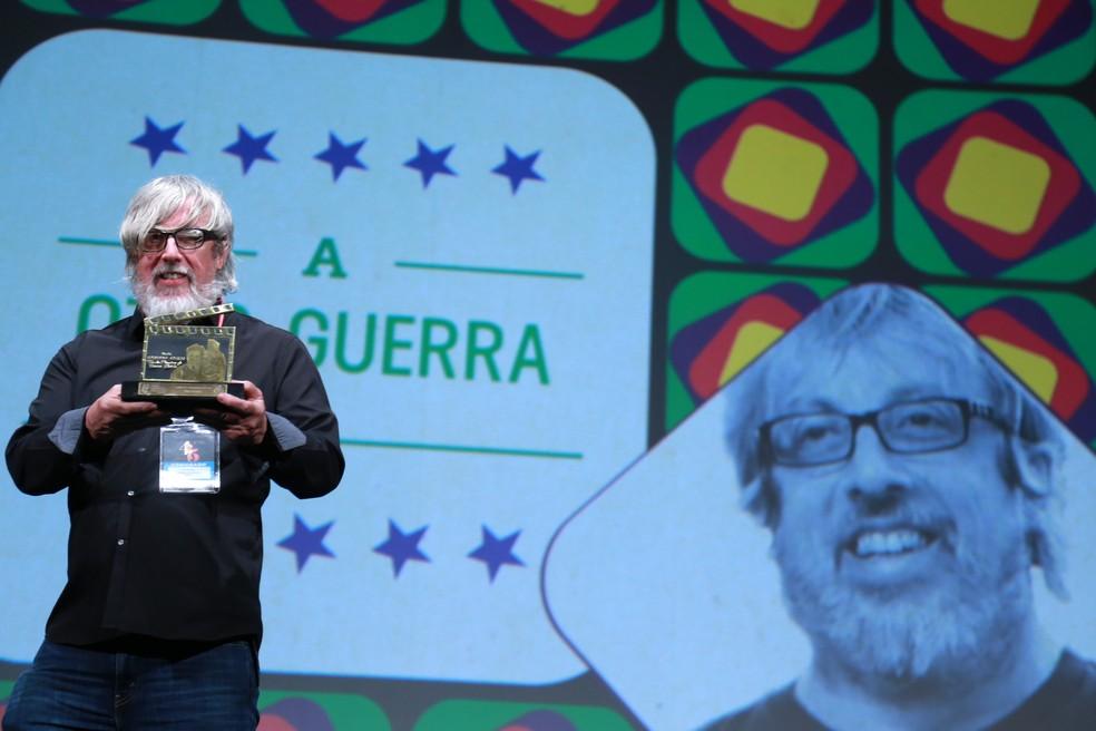Otto Guerra foi homenageado com o Troféu Eduardo Abelin no Festival de Gramado — Foto:  Edison Vara / Pressphoto