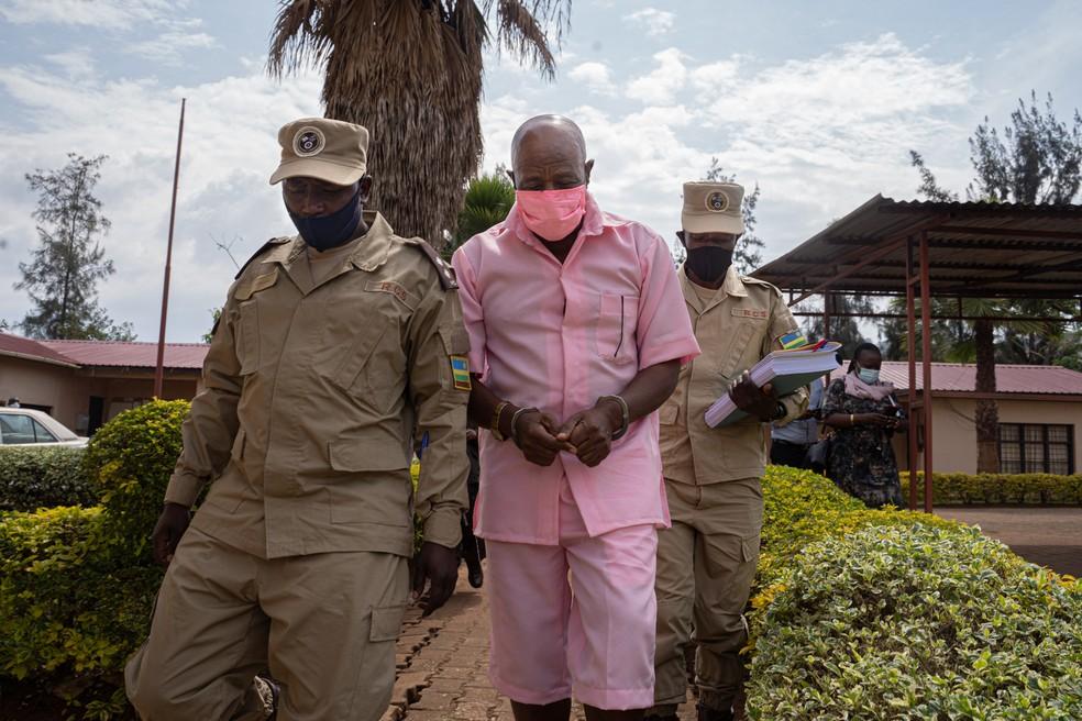 """Paul Rusesabagina, ativista que inspirou o filme """"Hotel Ruanda"""", usa uniforme rosa de presidiário ao chegar ao Tribunal de Justiça de Nyarugenge, em Kigali, capital de Ruanda, em 2 de outubro de 2020. Rusesabagina se tornou um feroz crítico do atual governo e foi condenado por terrorismo. — Foto: Simon Wohlfahrt/AFP"""