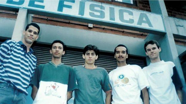 Narcizo Neto (à dir.) fez parte da primeira turma de física da Universidade Federal de Campina Grande, na Paraíba (Foto: Arquivo pessoal via BBC News Brasil)