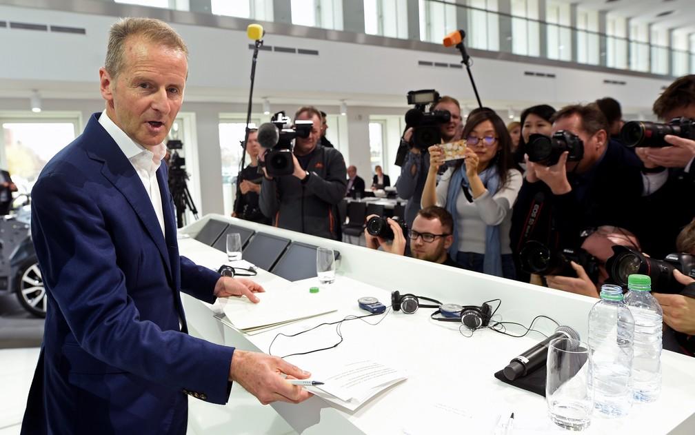 Herbert Diess, presidente do Grupo Volkswagen, apresenta os resultados da companhia nesta terça (12) em Wolfsburg, na Alemanha — Foto: Fabian Bimmer/Reuters