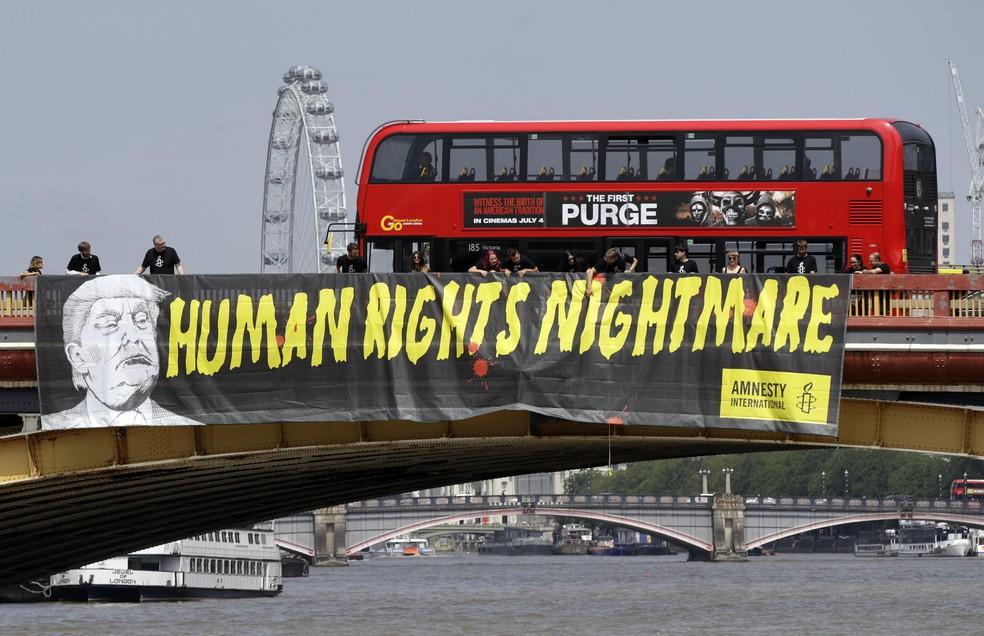 Faixa de protesto contra a visita de Trump ao Reino Unido é exibida em ponte sobre o rio Tâmisa, em Londres: 'Pesadelo dos direitos humanos' (Foto: Luca Bruno/AP Photo)