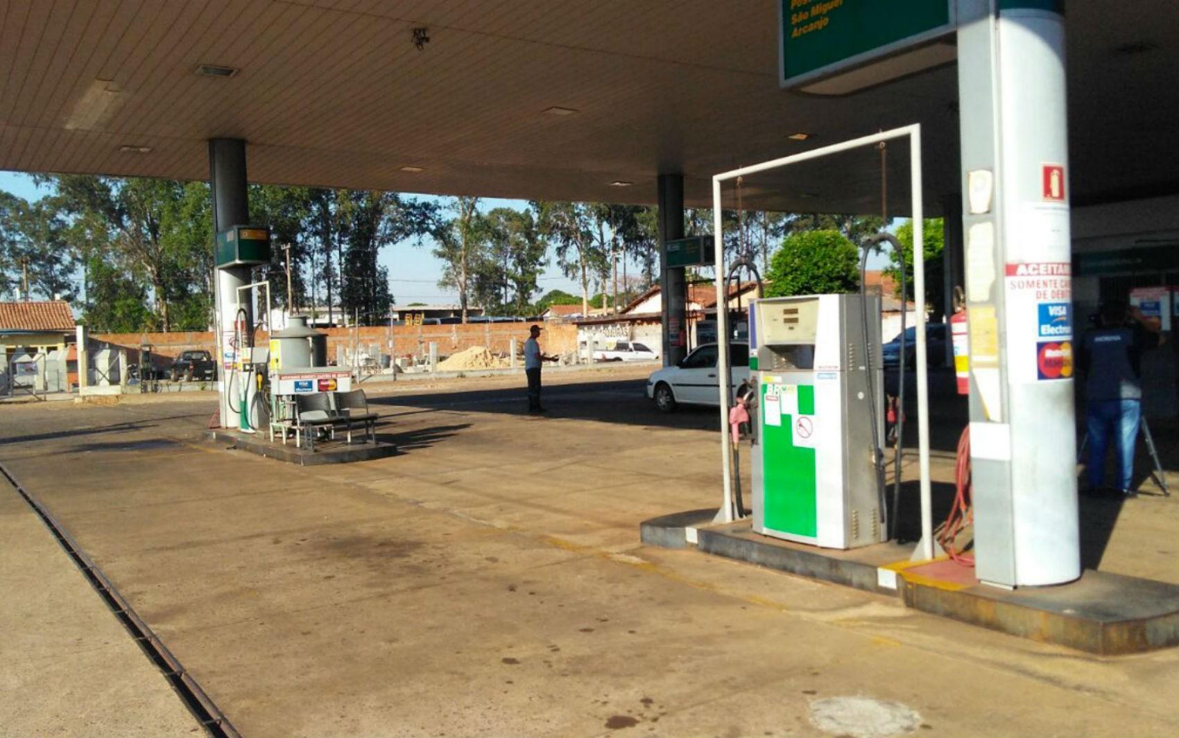 Ladrões em moto roubam R$ 776 de frentistas de posto de combustíveis em Campo Grande
