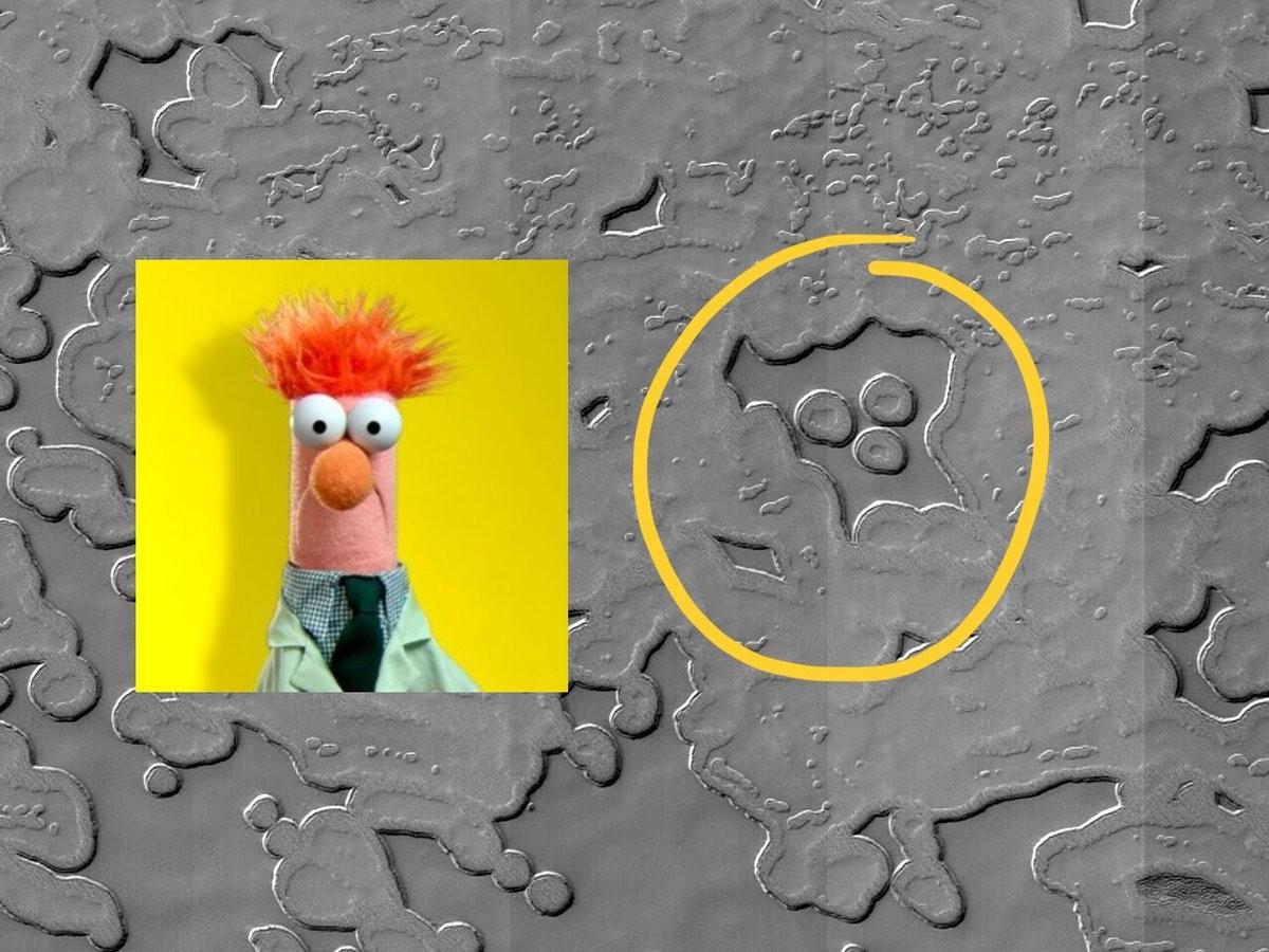 Com bom humor, cientistas da NASA brincam sobre ter encontrado rosto de muppet em Marte (Foto: NASA/JPL/University of Arizona)