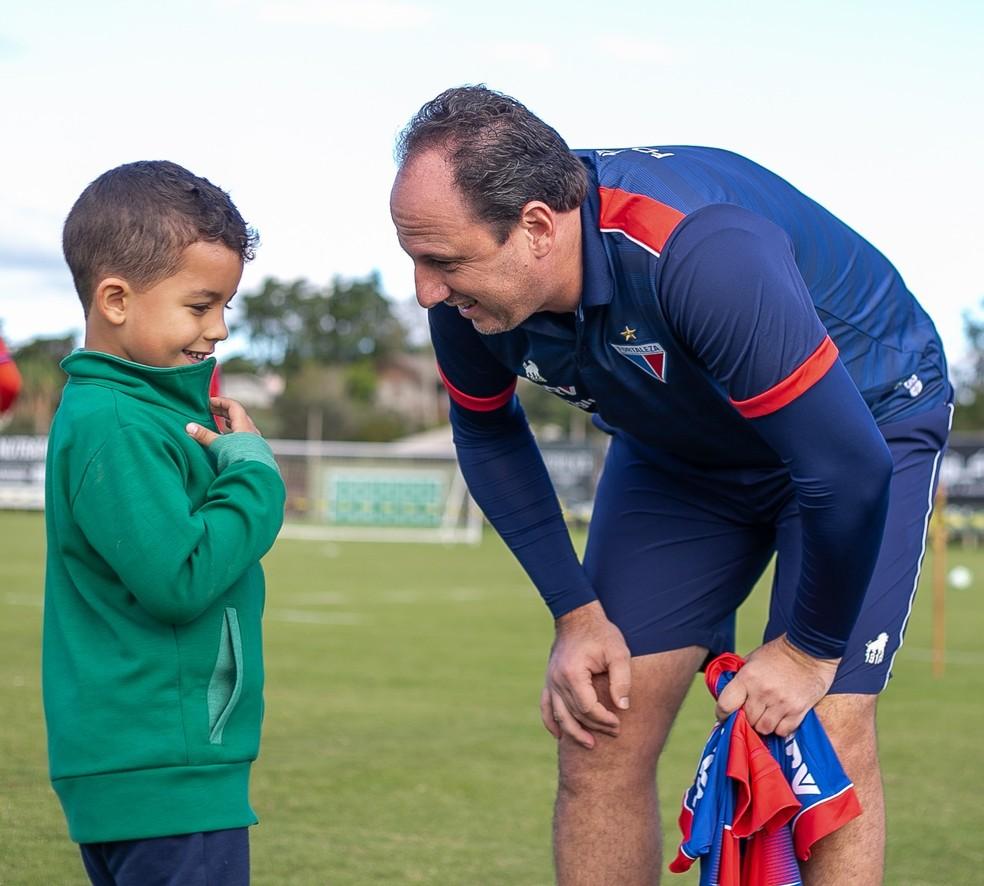 Filho de Danilo, da Chapecoense, conhece Rogério Ceni — Foto: Matheus Sebenello / Foto FC
