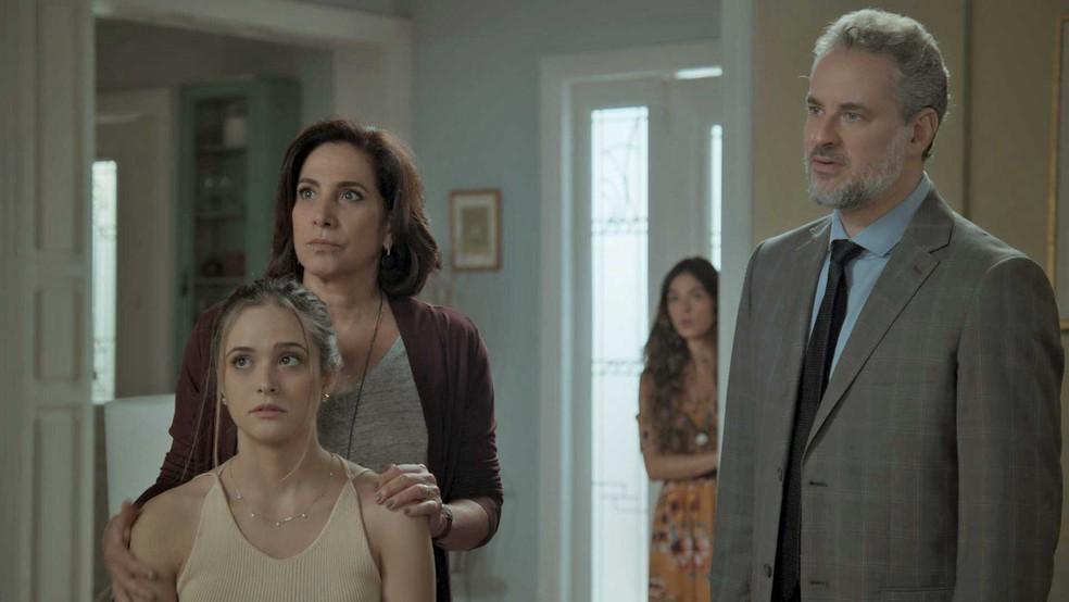 Rita ouve a conversa e decide dar no pé (Foto: TV Globo)