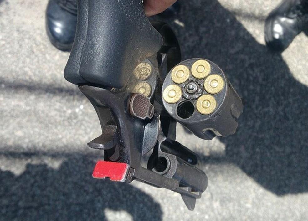 Com os assaltantes, policiais encontraram uma arma municiada – Violência no RN – Natal – RN – Arma – Revólver – Rio Grande do Norte — Foto: PM/Divulgação