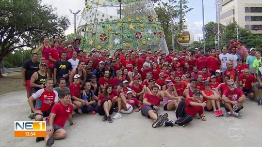 Corredores fazem percurso até a árvore de Natal da Globo para doação coletiva de brinquedos