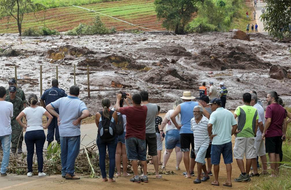Moradores são vistos em estrada bloqueada depois do rompimento da barragem da Vale em Brumadinho, neste sábado (26). — Foto: Reuters/Washington Alves