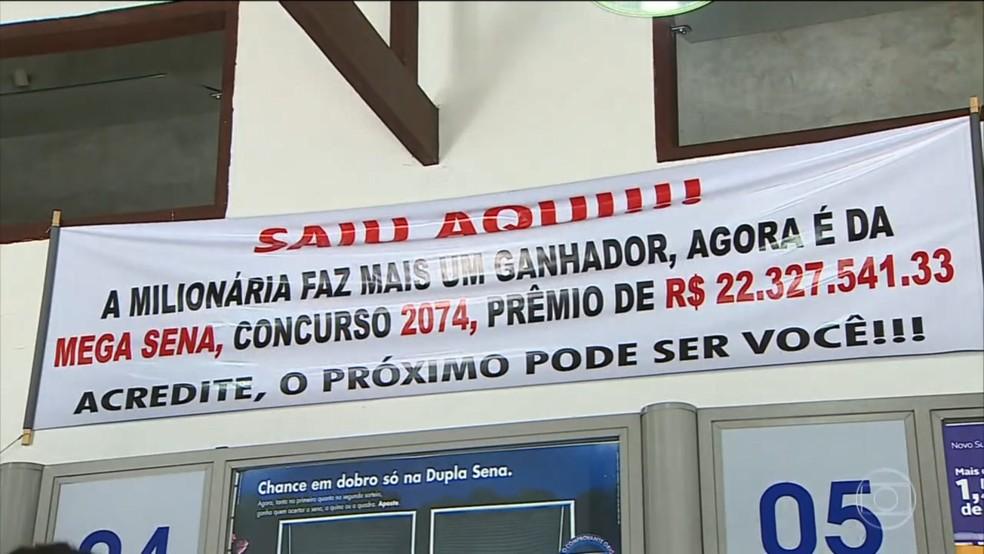 Lotérica fez faixa informando que aposta vencedora foi feita no local — Foto: TV Vanguarda/Reprodução