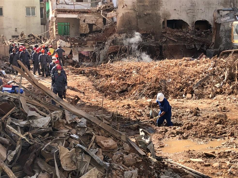 Bombeiros chegam ao 1º subsolo (Foto: Kleber Tomaz/G1)