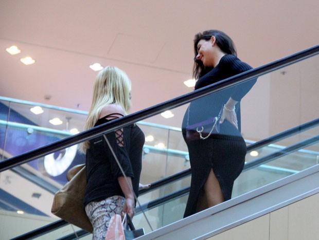 Isis Valverde mostra barrigão em passeio em shopping com a mãe (Foto: AgNews)