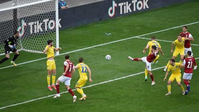 Baumgartner estica a perna direita e marca o gol da vitória da Áustria sobre a Ucrânia