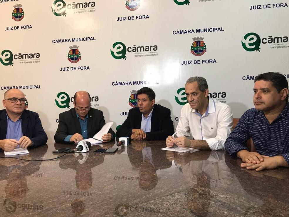 Vereadores da CPI dos Ônibus de Juiz de Fora apresentaram relatório à imprensa — Foto: Caroline Delgado/G1