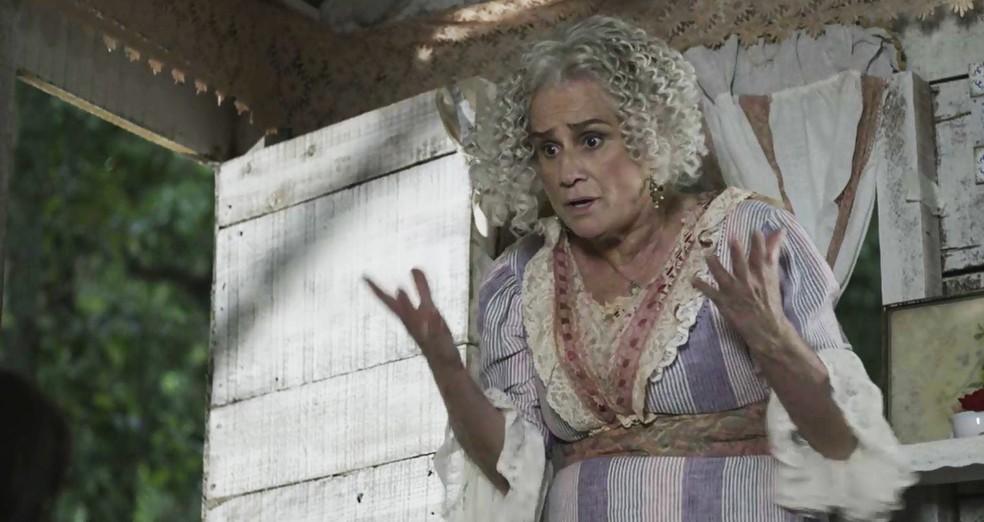 Ofélia tenta convencer a filha a voltar para a casa do marido (Foto: TV Globo)