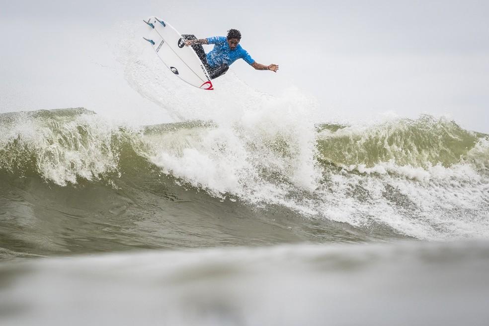 Samuel Pupo brilhou na decisão do QS 10.000 — Foto: Poullenot / WSL via Getty Images