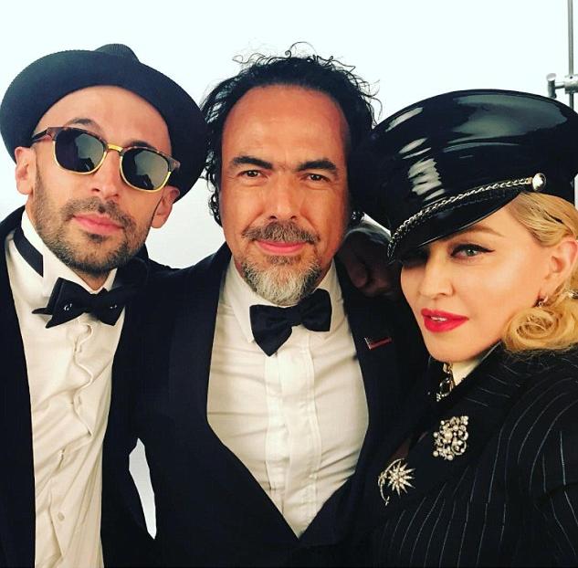 A cantora Madonna com convidados de sua festa pós-Oscar (Foto: Instagram)