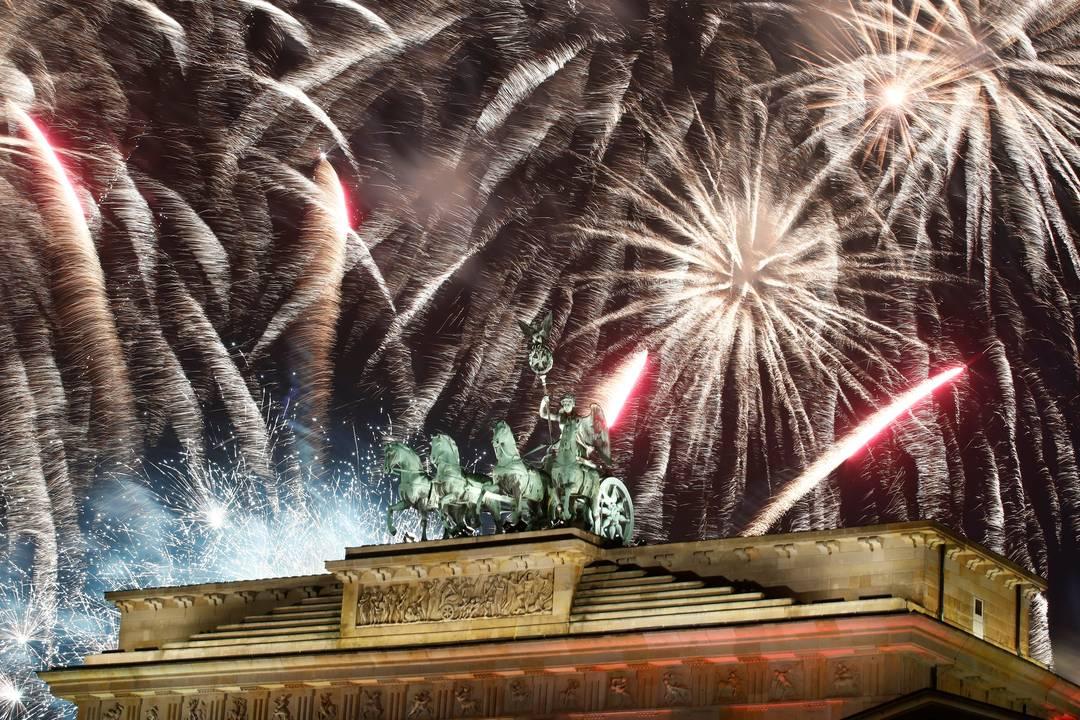 Berlim celebra o Ano Novo com fogos de artifício sobre o Portão de Brandemburgo, Alemanha