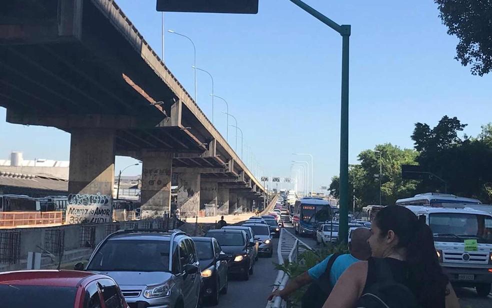 O engarrafamento causado na descida da Ponte pela obra do BRT Transbrasil faz moradores de São Gonçalo e Niterói perderem mais de 40 minutos no trecho entre a Grande Curva e o Into — Foto: Alba Valéria Mendonça/G1
