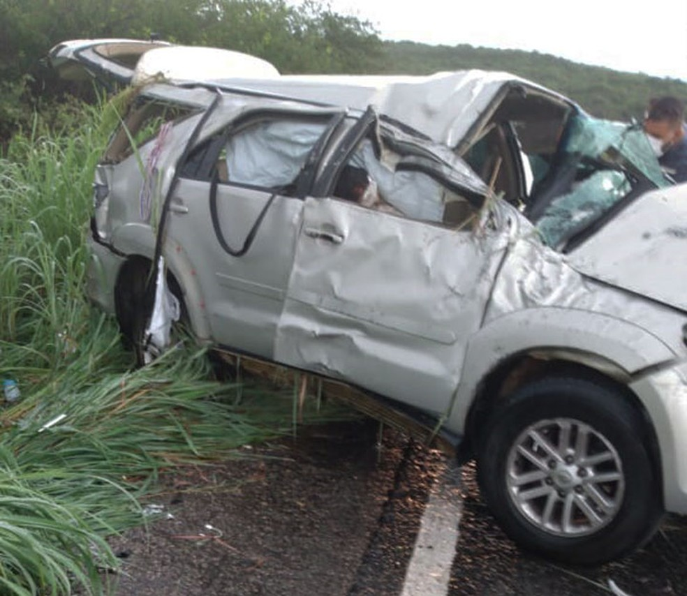 Idosa morre e homem fica ferido após acidente em rodovia na Bahia; veículo ficou destruído — Foto: Divulgação/PRE