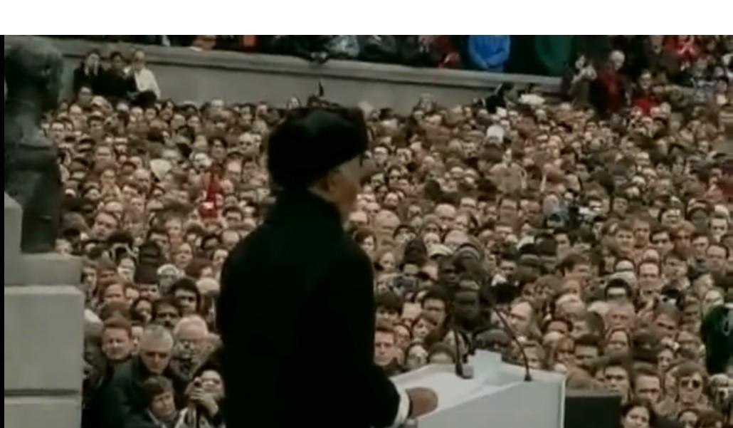 Mandela discursa para multidão em 2005 (Foto: Reprodução)