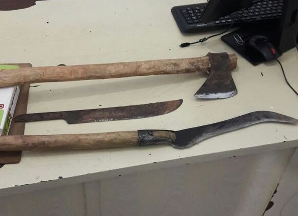 Segundo a polícia, na casa do suspeito foram apreendidos um machado, um facão e uma foice usados para ameaças (Foto: Polícia Civil/Divulgação)